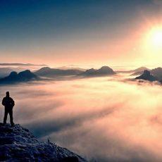 inspirerend uitzicht persoon op berg